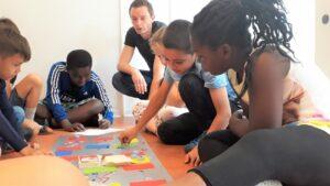 Ein selbst gebasteltes Spiel hilft im Sommerferienkurs beim Training der deutschen Rechtschreibung. Foto: Stadt Münster.