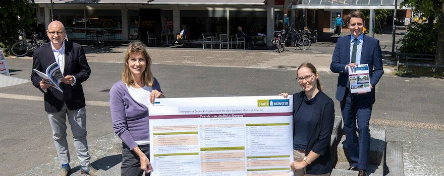 Von links: Oberbürgermeister Markus Lewe, Stadtbaurat Robin Denstorff, Projektleiterin Frauke Popken und Stadtteilkümmerin Nora Harenbrock vom Stadtplanungsamt. Foto: Stadt Münster.