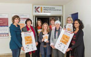 Sie haben die Veranstaltungsreihe auf die Beine gestellt (v.l.): Saskia Zeh (GGUA), Andrea Reckfort (KI), Indra Bünz (Sozialamt), Andrea Evers (Freiwilligenagentur), Anne Artmeyer (DRK), Hamida Steinhaus (GGUA), Sarah Bange (Caritas) und Nidha Kochukandathil (KI). - Foto: Presseamt Münster.