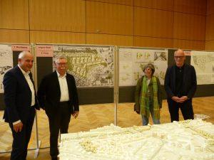 Foto: Vor dem Siegerentwurf: Baudezernent Siegfried Thielen, Prof. Dr. Franz Pesch, Dr. Ruth Schneider-Moldrickx und Christian Schowe, Leiter des Stadtplanungsamtes (v.l.). Foto: Stadt Münster.