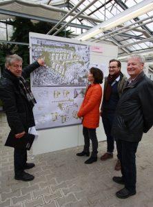 Architekt Dieter Sumbeck, für die FDP politischer Beobachter bei der Jurysitzung, erläuterte die Pläne für die Bebauung des Kinderhauser Moldrickx-Geländes (v.l.) Ratsfrau Carola Möllemann-Appelhoff, Philipp Nelle, dem Vorsitzenden des FDP-Ortsvereins Münster Nord, sowie Felix Söhlke, Beisitzer im Vorstand.