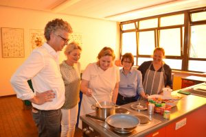 Foto (v.l.n.r.): Stefan Nacke MdL, Ratsfrau Angela Stähler, Simone Wendland MdL, Schulleiterin Ursula Krawinkel, Hauswirtschaftslehrerin Ute Maiss