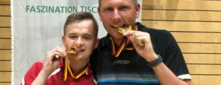 Alexander Michelis (links) und Christian Hinrichts testen die Goldmedaille.