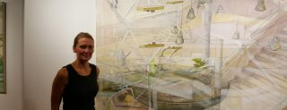 "Fiona McLardy vor dem Gemälde ""Kinderhaus"". Foto: CC-BY-NC-SA 3.0 Heiko Philippski."
