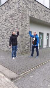 Freifunk bei Westfalia. Christian Ulitzny von den Freifunkern und Westfalias Geschäftsführer Sven Schlüter unter einer der Außenantennen.