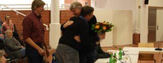 Dirk Guddorf gratuliert Udo Schonhoff zur Wahl.