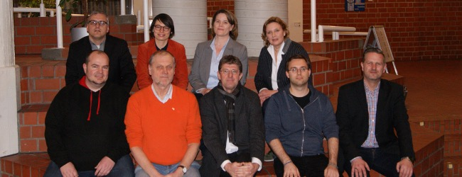 Vorne v.l.: Daniel Düngel (Piraten), Franz Pohlmann (ÖDP), Thomas Marquardt (SPD), Benjamin Körner (Linke), Marc Weßeling (Moderator) Hinten v.l.: Heiko Philippski (Mitveranstalter), Josefine Paul (Grüne), Sandra Wübken (FDP), Simone Wendland (CDU)