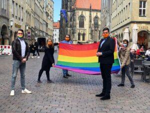 Foto: Bunte CDU: (v.l.) Jörn Rickfelder (stellv. Landesvorsitzender der LSU NRW), Gianna Krüger (Ratskandidatin Mauritz-Mitte), Hendrik Grau (Kreisvorsitzender CDU Münster), Sybille Benning (Mitglied des Deutschen Bundestages), Meik Bruns (Ratskandidat Nienberge) treten ein gegen Homophobie und Menschenfeindlichkeit.