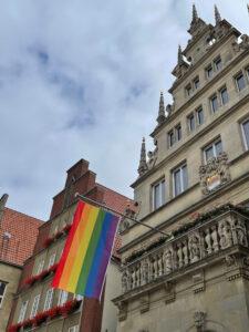 Die Regenbogenflagge am Stadtweinhaus. Foto: Amt für Kommunikation, Stadt Münster.