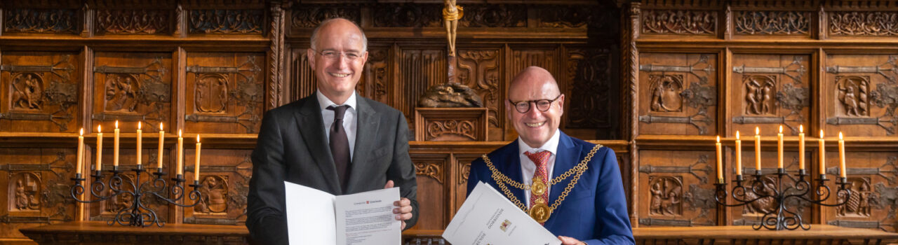 Onno van Veldhuizen und Oberbürgermeister Markus Lewe unterzeichneten die Urkunde zur Städtepartnerschaft. Foto: Stadt Münster/Britta Roski.